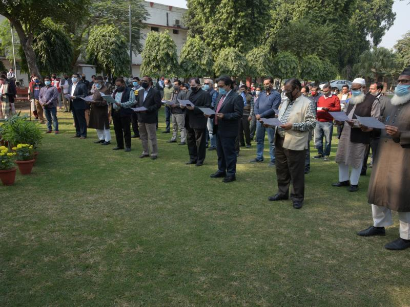Dr Nazim Husain Jafri, Registrar, Jamia Millia Islamia read the Preamble of the Constitution followed by teachers, officers and other staff members of the university
